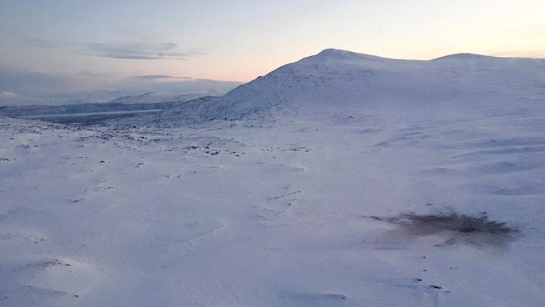 Nedslagsplatsen för det havererade planet, nedanför fjället Oajetjåhkkå. Foto: Marja Påve/ Sameradion & SVT Sápmi
