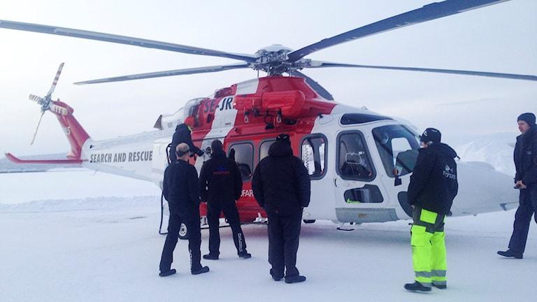 Sjöfartsvekets räddnighelikopter på plats. Foto: Anne-Máret Päiviö/ Sameradion & SVT Sápmi