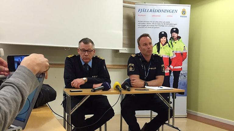Polisens presskonferens efter flygplanskraschen i Jokkmokksfjällen. Patrik Ström t.h. Foto: Marja Påve/ Sameradion & SVT Sápmi.