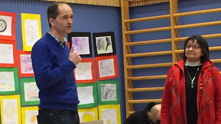 Författare Thomas Kuhn berättar om bakgrunden till deras initativ samt rektor Elsy Labba. Foto: Annechatrin Brandén/Sameskolsstyrelsen