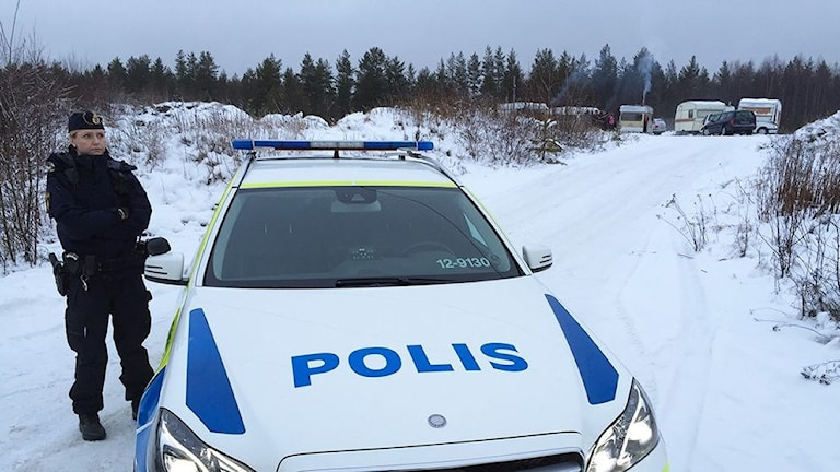 Polisen på plats för att avhysa romer som bor i husvagnar vid Klockarbäcken i Umeå. Foto: Jan Färingö/ SVT