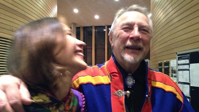 Bjarne Store-Jakobsen tillsammans med dottern och filmskaparen Elle-Máija Tailfeathers. Foto: Inga Marja Steinfjell/ Sameradion & SVT Sápmi