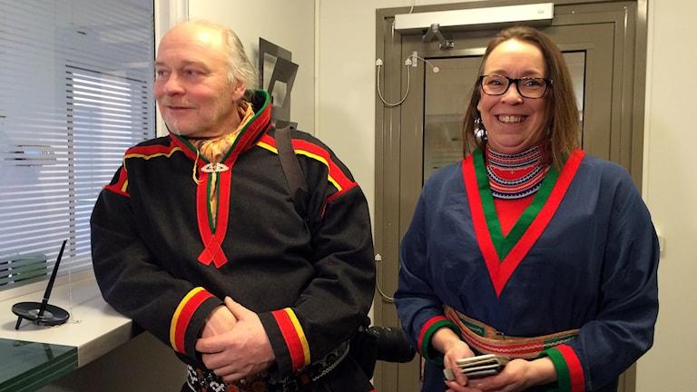 En lättad ordföranden i Girjas sameby, Matti Berg, tillsammans med förbundsjuristen Jenny Wiik Karlsson efter att domen fallit. Foto: Anne-Ravna Allas/ Sameradion & SVT Sápmi