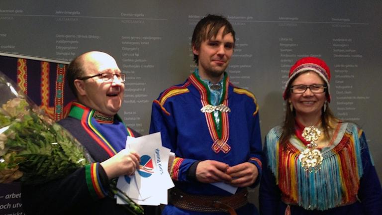 Fredrik Prost i mitten omgiven av Mikael Pirak, Sámi Duodjis styrelseordförande och Mari-Ann Nutti, Vd Sámi Duodji.