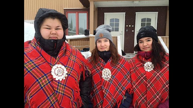 Elle Laura Pittja, Inga Maiia Blind och Sanna Tapio är i Jokkmokk och de tycker att samiska nationaldagen är viktig. Foto: Maria Saijets / Sameradion & SVT Sápmi