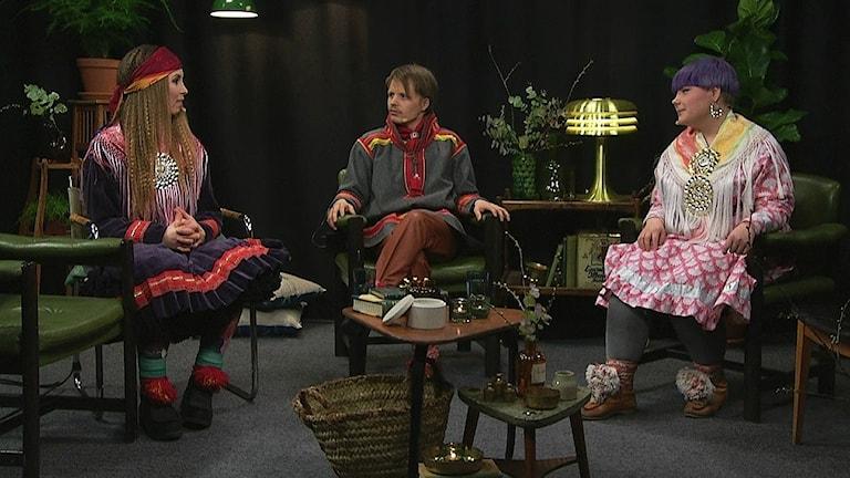 Jahki Sámis - året i Sápmi med artisten Sofia Jannok och programledarna Per-Josef Idivuoma och Merethe Kuhmunen sändes på samiska nationaldagen 2016. Foto: Sameradion & SVT Sápmi