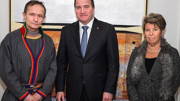 Sametingets styrelseordförande Håkan Jonsson, statsminister Stefan Löfven och Sametingets kanslichef Anja Taube. Foto: Ninni Andersson, regeringskansliet.