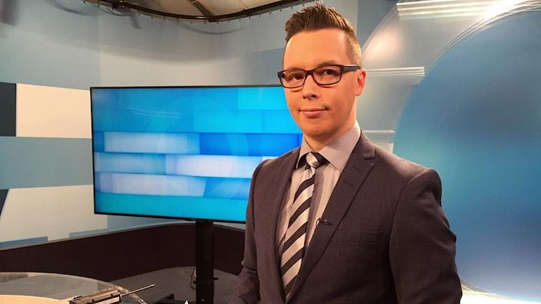 Från i höst kommer nyhetsankaret Lemet Ailu Anti och hans kollegor ha samisk-inspirerande kläder istället för kostym och slips. Foto: Monica Falao Pettersen/NRK Sápmi