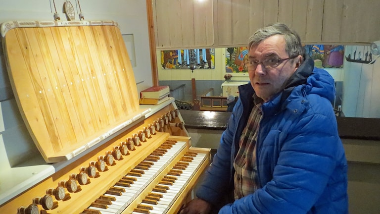 Lars Levi Sunna vid orgeln i Jukkasjärvi kyrka.