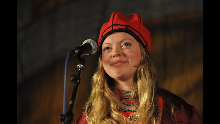 Sara Hermansson från Klimpfjäll får Ubmejen Biejviehs ungdomspris.