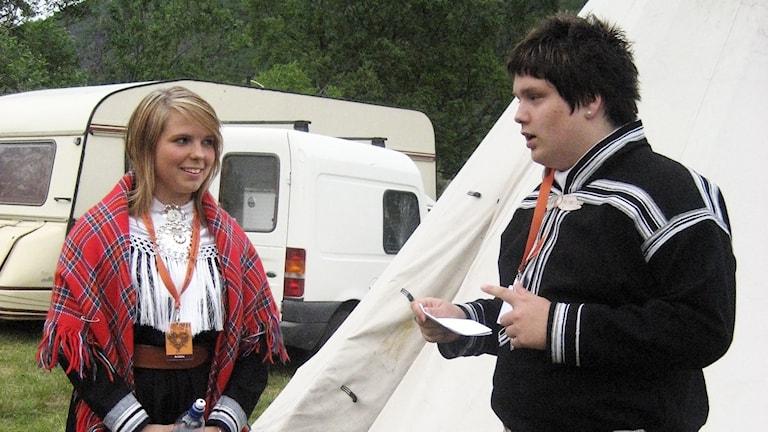 "Janne Eilen Mienna Guttorm  ja Mikkel Rasmus Logjiin lávlluiga Sámi Grand Prixas jagi 2008 lávlaga ""Okto""."