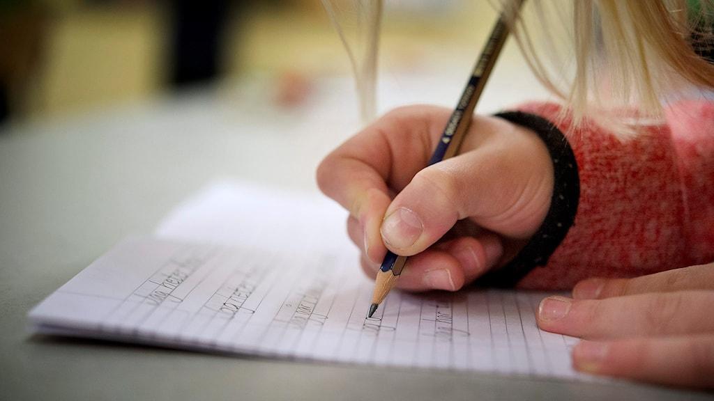 Elev skriver.