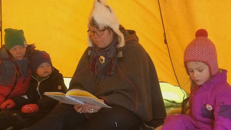 Madeleine Renhuvud läser för barnen På Lopme Naestie