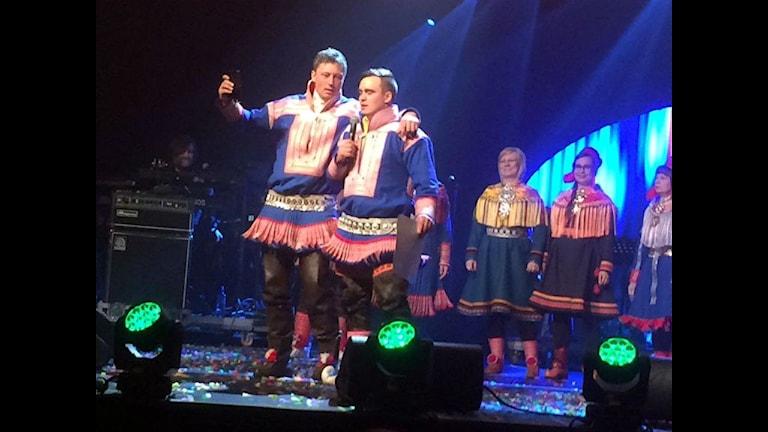 Fjolårets jojkvinnaren Johan Ivvar Gaup med kusinen Mikkel Andreas Eira. Foto: Karen Eira/ Sameradion & SVT Sápmi