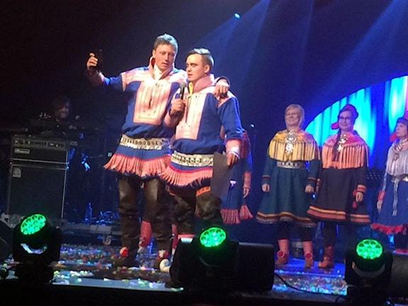 Jojkvinnaren Johan Ivvar Gaup med kusinen Mikkel Andreas Eira. Foto: Karen Eira/ Sameradion & SVT Sápmi
