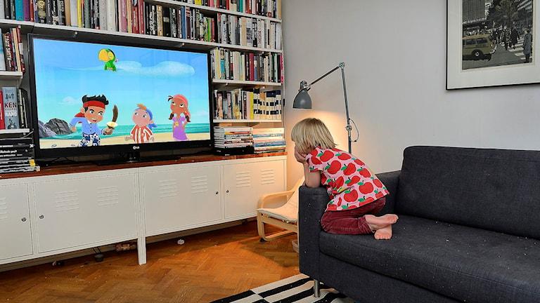 Tittar på tv