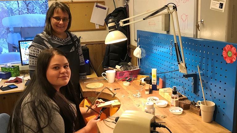 Silverduodjelärlingen Alexandra Olofsson från Östersund hade inte hamnat här om det inte vore för handledaren och silversmeden Carola Skum.