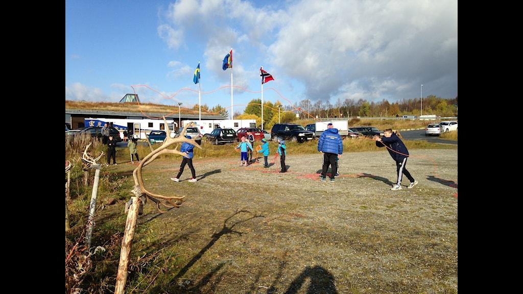 Barn tränar på att kasta töm. Foto: Inga Marja Steinfjell.