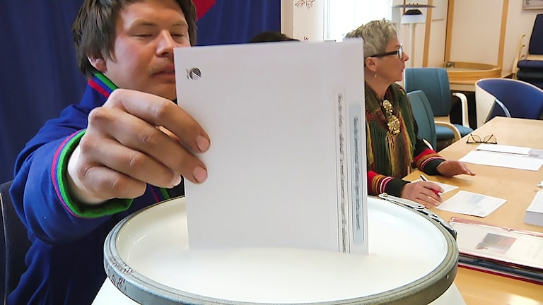 Första röstkuvertet läggs i valurnan i Östersund, Sametingsvalet 2017.