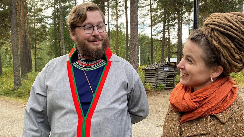 Regeringen gör stor satsning på nationella minoriteter. Här kulturminister Amanda Lind i samspråk med Sametingets ordförande Daniel Holst.
