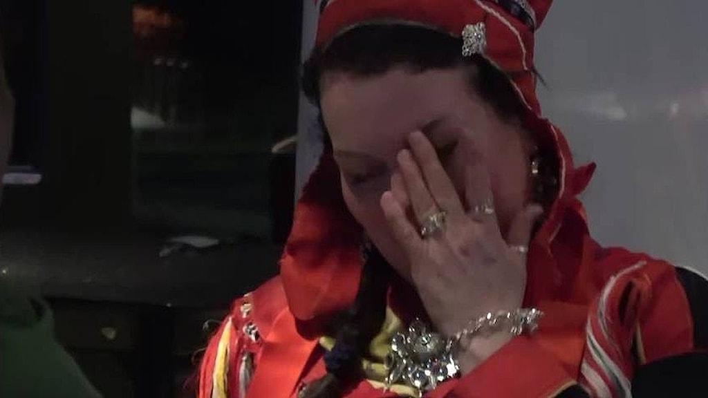 """Silje Karine Muotka i tårar efter att det står klart att NSR behåller positionen som största parti i Sametinget. """"Vi ska ta detta ansvar på allvar"""", säger hon till NRK Sápmi."""