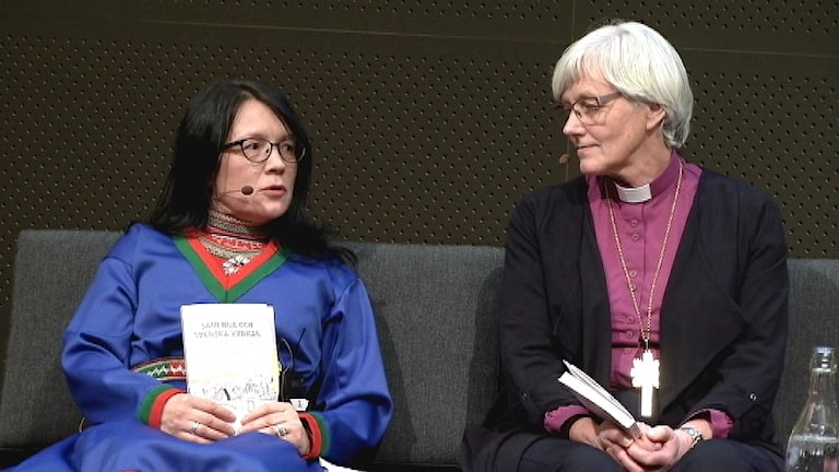 Samiska rådets Sylvia Sparrock samtalar om Svenska Kyrkans vitbok med ärkebiskop Antje Jackelén.