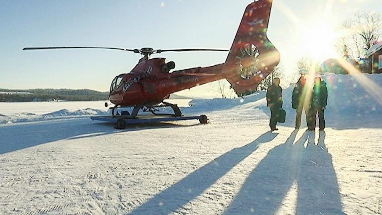 Människor vid en helikopter.