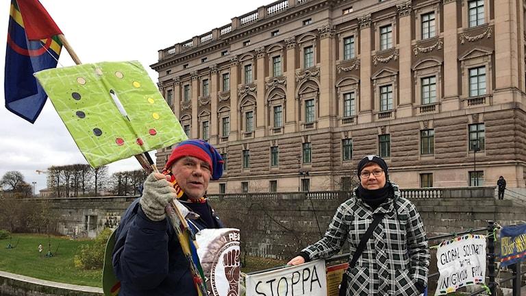 Pierre Åhrén och Erica Lundström på Riksbron, med gamla riksdagshuset i bakgrunden.