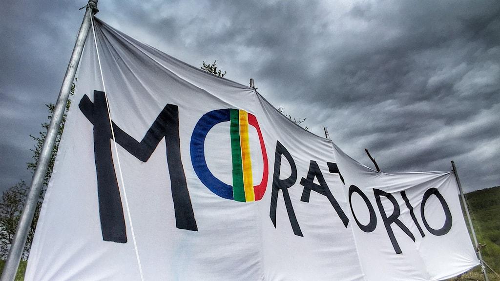 Aktivisternas banner på Čearretsuolu, där de utropat ett så kallat moratorium.