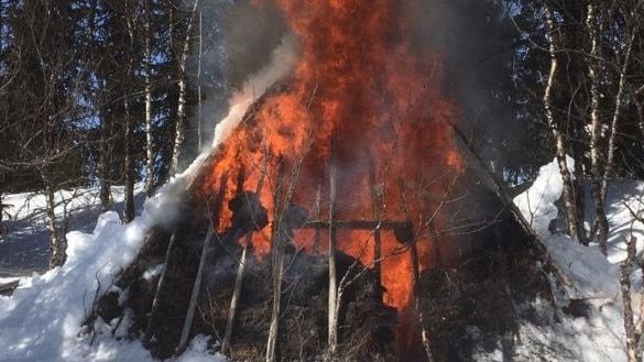Nu brinner Anita Gimvalls kåta vid Stenträsket i Västerbotten.