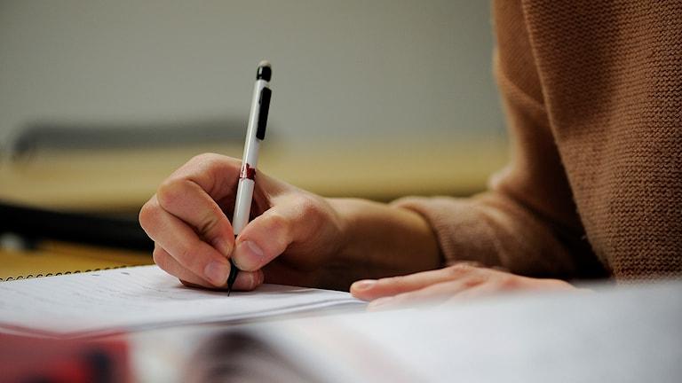 Studerande skriver.