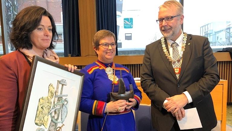 Samien Sitje fikk Nord-Trøndelags aller siste kulturpris. På bildet er fylkesråd May Britt Lagesen (Ap), direktør Birgitta Fossum og fylkesordfører Pål Sæther Eiden (H)