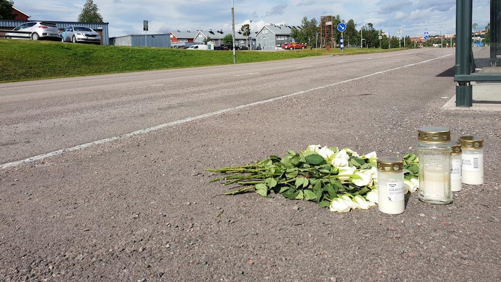 Rosor och ljus har lämnats på platsen där en ung man blev knivstucken och dog i Kiruna på onsdagskvällen.