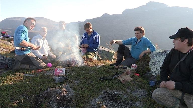 Här är Aslak Sokki, Anders Sokki, Isak Mathis Triumf, Mikkel Mathis Eira, huvudpersonen i dokumentären Mikkel Mathis Hætta och Aslak Anders Hætta, vid sommarbete på Uløya i Nord Troms.