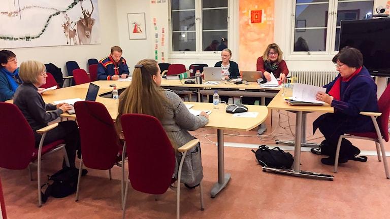 Ordförande Ingrid Inga bläddrar i regleringsbrevet under kulturnämndens första mötesdag för i år.