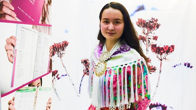 Sara-Elvira Kuhmunen i sin monter på Stockholmsmässan i Älsvjö.