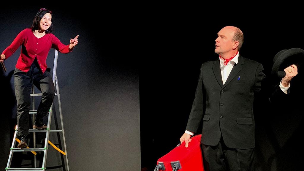 """Skådespelarna Kristin Solberg och Tomas Lindström repeterar inför föreställningen """"Begrav mitt hjärta vid Udtjajaure""""."""