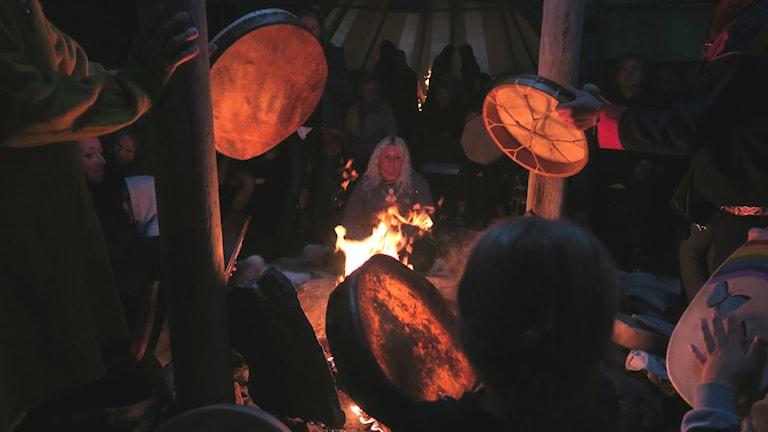 Trummorna värms över elden
