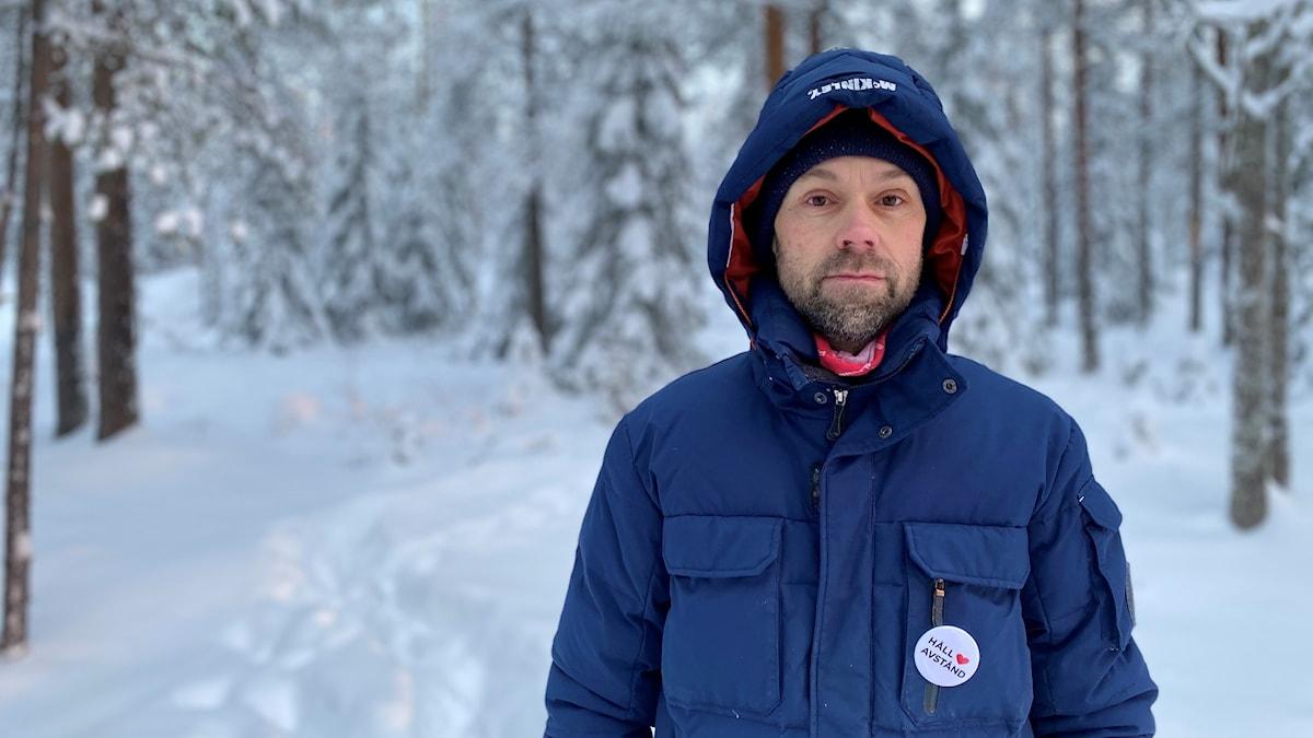 Jörgen Naalisvaara, miljömålssamordnare på länsstyrelsen i Norrbotten. Han står i en vinterskog.