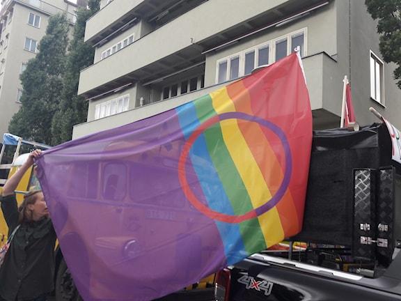 Den samiska queerflaggan vajade i vinden.
