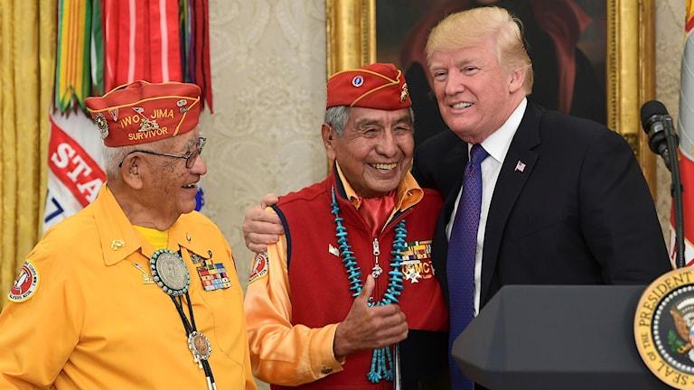 USA.s president Donald Trump möter Peter MacDonald och Thomas Begay, krigsveteraner Navajofolket.