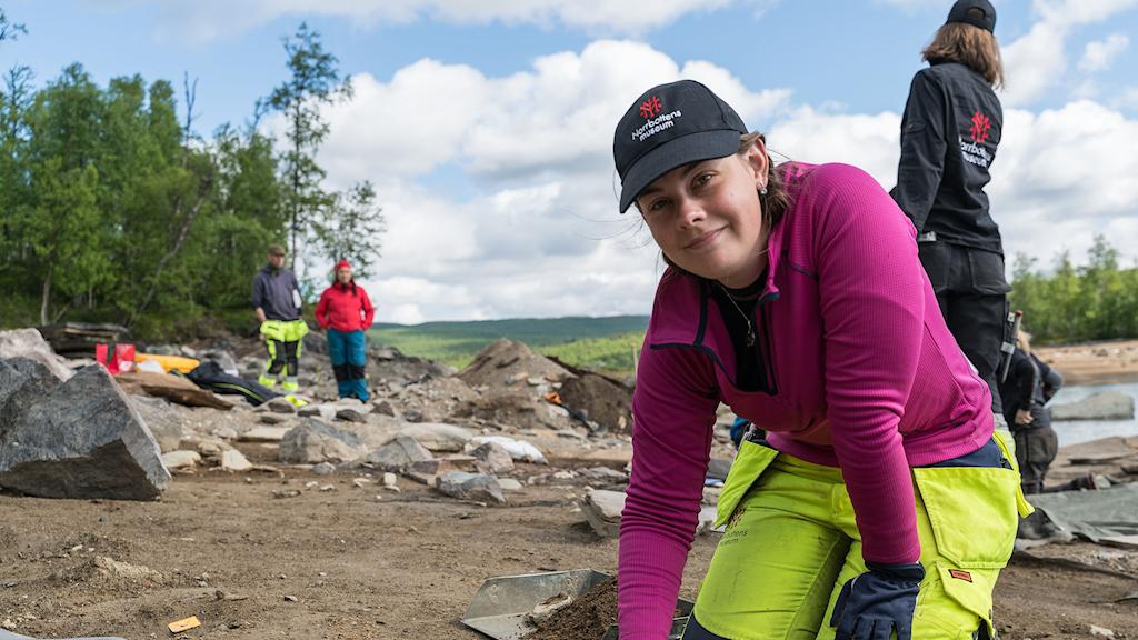Osteologen Emma Boman undersöker en grav vid Silbojokk/Silbbajåhkå.