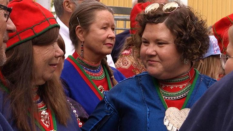 Artisten och akrivisten Sara Ajnnak manifesterade sitt missnöje mot tillvägasättet hur arbetet gått till under processen för återbördandet av 25 samiska kranier, genom att vända sin kolt ut och in.
