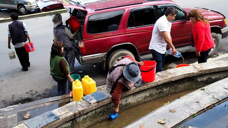 Vattenbristen gör att La Paz-bor söker sig till alternativa vattenkällor