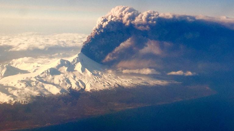 Vulkanutbrott på Aleutiska öarna. Arkivbild.  Colt Snapp