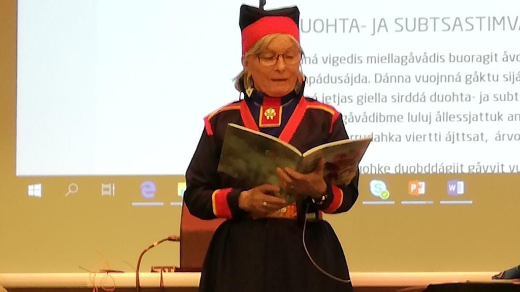 Carina Sarri läser en bok