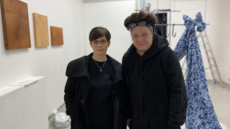 Konstnären och filmaren Liselotte Vajstedt och producenten Antonie Grahamsdaughter inför kvällens vernissage av utställningen Motståndets tid - om dekolonisering