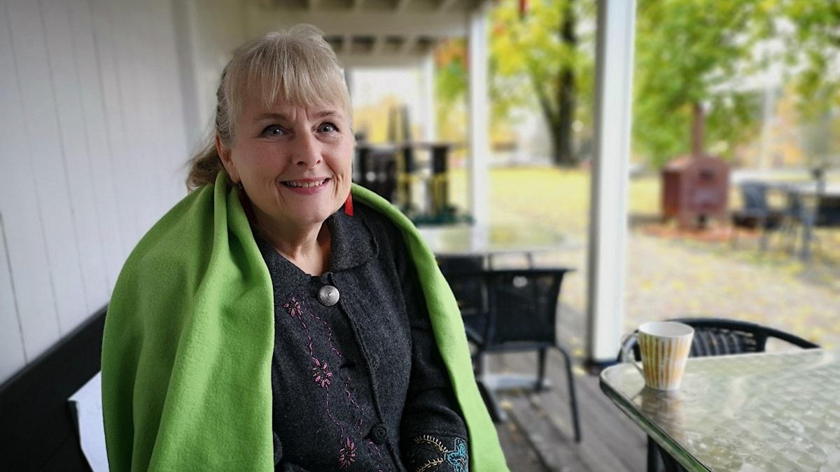 Eva Conradzon sitter utanför det samiska kulturhuset Tráhppie i Umeå.