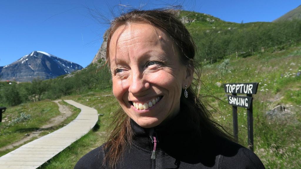 Marit Sarri vid samlingsplatsen för toppturen.