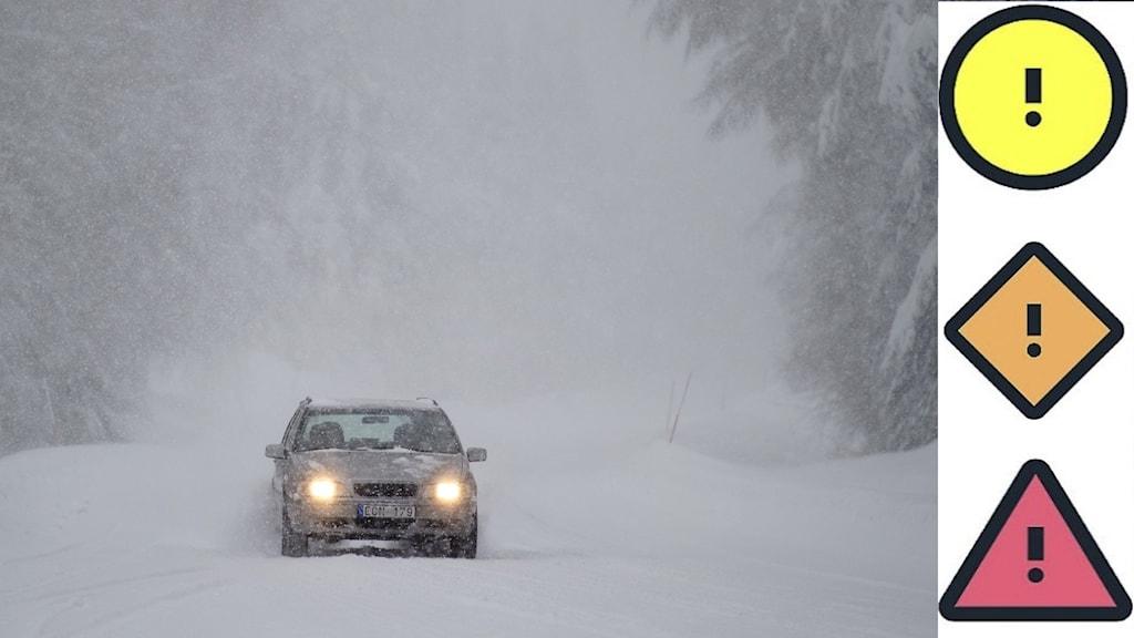 Personbil kör i ymnigt snöfall på väg genom skog